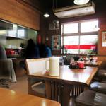 一楽ラーメン - カウンター席もありますが、テーブル席がメインです。 4人掛け以上のテーブル席もあり、家族・グループでも利用しやすいです。 店の奥に小上がりもあります。