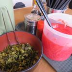 一楽ラーメン - 卓上。 辛子高菜ではなく、普通の高菜漬けが置いてあるのが珍しいです。