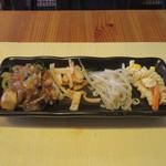 餃子酒場 カノウ - 豚肉、春雨、五目野菜の中華炒め、揚げワンタン、もやしのナムル、フジッリのサラダ