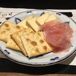 夜行列車 - 自家製スモークチーズと生ハムクラッカー(700円)