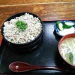 62226059 - さんがら丼¥950(「ご飯半分」でオーダー)。お新香、みそ汁付きです。