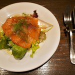 ビストロ・スリージェ - 自家製スモークサーモンのサラダ