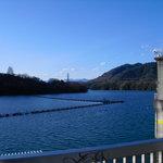 しょうわ軒 - しょうわ軒のすぐ後ろは津久井湖