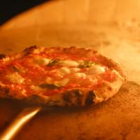 『薪窯』で焼き上げた自慢のピッツァ。