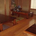 和久 - 掘りごたつのテーブル席です。 素材は紅紫檀でしっかりしています