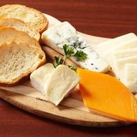 Kitchen&Bar UNION - 3種のチーズとワインと一緒にどうぞ。