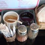 麺創 喝采 - 左が魚粉・右がラー油