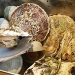 港の牡蠣センター カキ小屋 - 缶底の貝汁も美味い♪