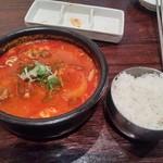 62451825 - ユッケジャンスープとご飯。Bセットのスープ。