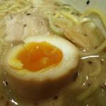拉麺阿修羅 - かじった味玉。