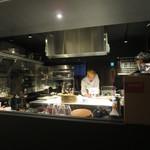 トアヒス - 厨房から客席が見え、その逆もしかり