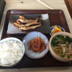 まるみ食堂 - まさかうどん付いて来るとは思いませんでしたが 黄金つゆの関西風うどん なかなかよし ハタハタは秋田名物の感じがありますが 京都の日本海側ではメジャーなさかな   干物は珍しいです