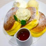 62523263 - 幸せのパンケーキ+アイスとホイップクリームトッピング。                       パンケーキの上に乗ってるのはバター。