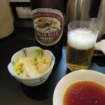 山女 - 瓶ビール680円とお新香(小)200円