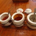 タン・カフェ - 机には味付け用香辛料類