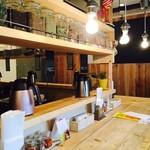 レインボウスパイス ダイナー - 雰囲気の良いウッド調のカウンター!