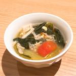 プラットスタンド 酛 - お通しのサンラータンスープ