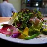 62618950 - 25種類の野菜とハーブのサラダ