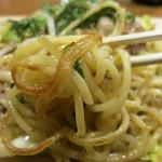鉄板バル 魂の焼きそば - 特徴的な生麺が塩ダレにマッチ
