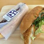 ベーカリーカフェ 明治堂 - あんバターフランスと鶏からパクチーサンド
