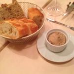 パリのワイン食堂 - バケットと、吉田豚のリエット
