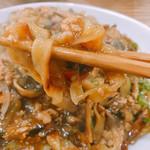 ごはん泥棒 - かなりの平打ち太麺です。(2017.2 byジプシーくん)