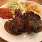 62687359 - 牛ハラミのステーキ(アメ色玉ネギの濃厚ソース)
