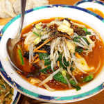 春香園 - 辛味入り餃子(¥540)。麻辣スープに加え、ガリガリ粗挽きの花椒が存在感抜群!