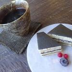 ジョイチ - 黒ゴマとくるみケーキ・コーヒー