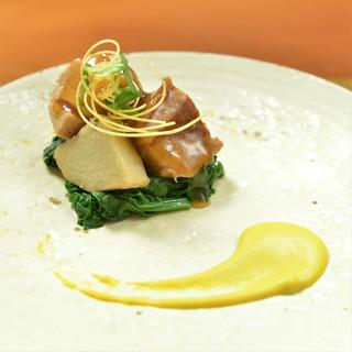 シンプルモダンな空間で食すのは、骨太でかつ清新な和食。