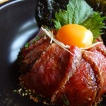 62751292 - ◆氷点下エイジング 熟成丼・・「氷点下エイジング」で72時間熟成した黒毛和牛の前バラを使用しているとか。 お肉自体もキレイですし、生卵や韓国海苔が添えられています。