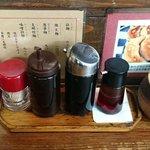 一圓 - 一圓 本店 @吉祥寺 卓上調味料真ん中の3本は左から酢・醤油・辣油