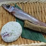 磯丸水産 - お通しは、ニギスの一夜干し、イカの磯部揚げ、イワシ棒