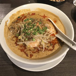 永吉 - えびみそ担々麺  スタンダードメニューの既存の辣油の辛味 すりゴマのコク 花椒の麻 と基本のスープの旨味にえびみそが加わって、旨味と刺激の四重奏が楽しめます。