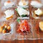 KINARI - 前菜9種(最上段自家製豆腐3種、中央ブルスケッタなど3種、下段豆のトマト煮込みなど3種)