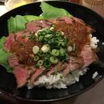 やるき屋 - 特選黒毛和牛ステーキ丼(税込1280円)
