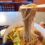 寿美吉 - 蕎麦は細めで、温かいためかもっちりとした食感