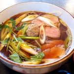 寿美吉 - 鴨肉4枚と鴨団子、たっぷりの長ねぎ。鴨団子は強烈な山椒風味で、面白いアクセントに