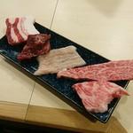 一切れ立焼肉 志ga - 黒毛和牛2種   白金豚とホルモンも2種