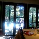 シェ松尾・松濤レストラン - 中庭に面した部屋
