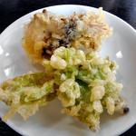 由屋 - 野菜天ぷら(取り分けました)