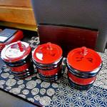 由屋 - 卓上に常備された調味料類