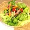 トス サラダ - 料理写真:ベースサラダ ラージ @690円 に追加トッピング5種 合計@1,040円のオリジナルサラダ トッピングはドレッシングに浸るように底に入っています。