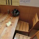 丹行味素 - 開店して食券渡し、テーブルにかけて待つ。店内は流石に綺麗で立ち食いカウンターと大きなテーブル、4人がけテーブルが5つ。開店して暫くしたら満席に。 番号呼ばれてラーメンを受け取りテーブルへ戻る。