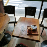 フォレストコーヒー - 河津桜お花見ポタ=3=3=3 コーヒーとケーキを受け取ってテーブルへ。 店内は結構広くて外にはテラス席もあった。1人客もいて、ゆっくりできる雰囲気☆彡