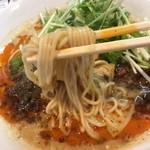 四川担担麺 阿吽 - 麺は中細ストレート、加水率低め