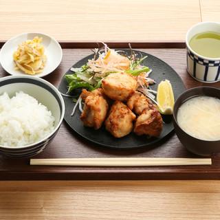 ランチは、こだわりの生鶏を使った定食と煮込み定食