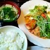 連れてっ亭 - 料理写真:香川産鶏モモのサイコロステーキ (淡路玉ねぎソース)【平日限定日替りランチ】/御飯・味噌汁・サラダ・漬物付き