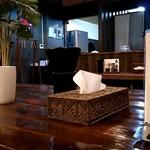 欽山製麺所 - 奥のテーブル席にピットイン