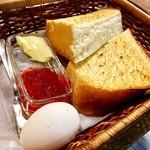 アロマ 珈琲 - モーニングセットの厚切りトーストとゆで卵 食パンはほかほかフカフカ!
